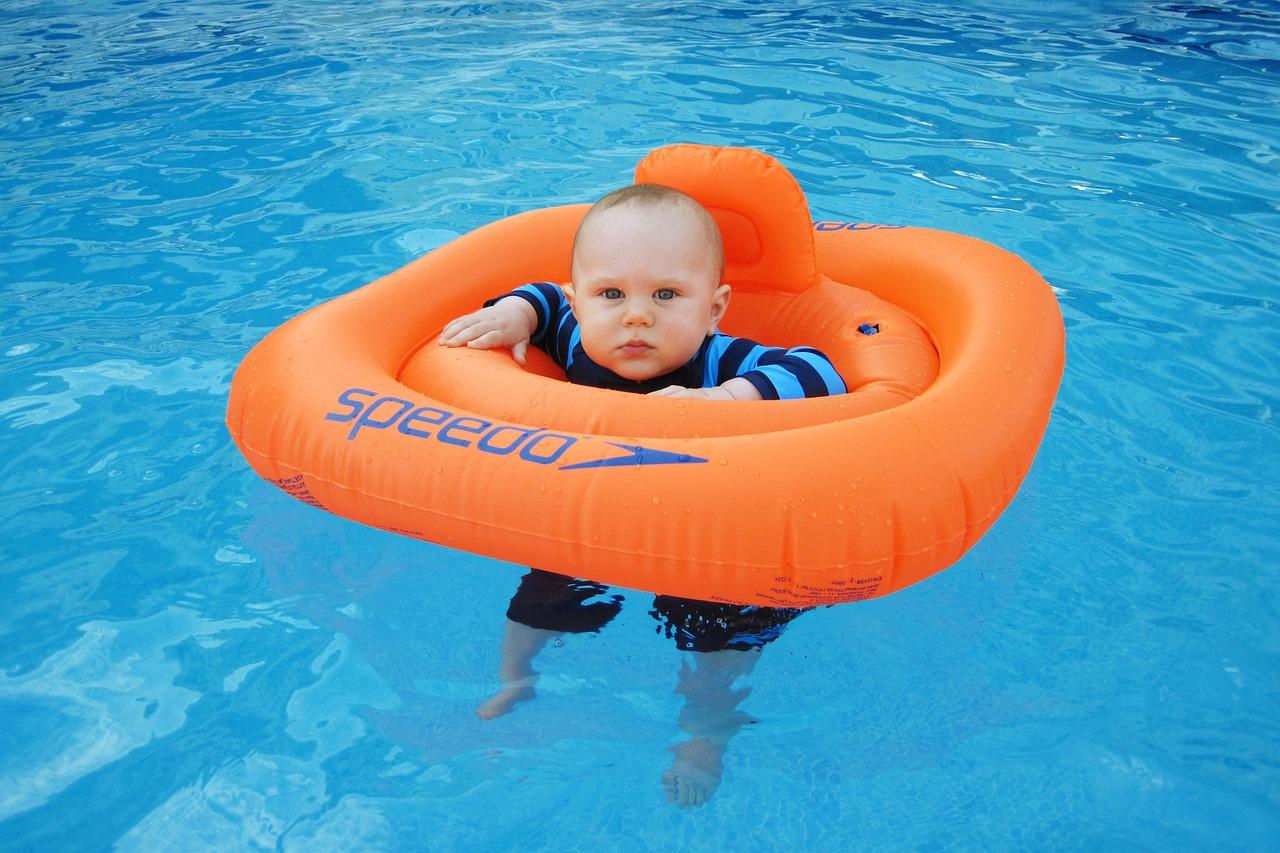 Veilig zwemmen met een zwemband voor je baby